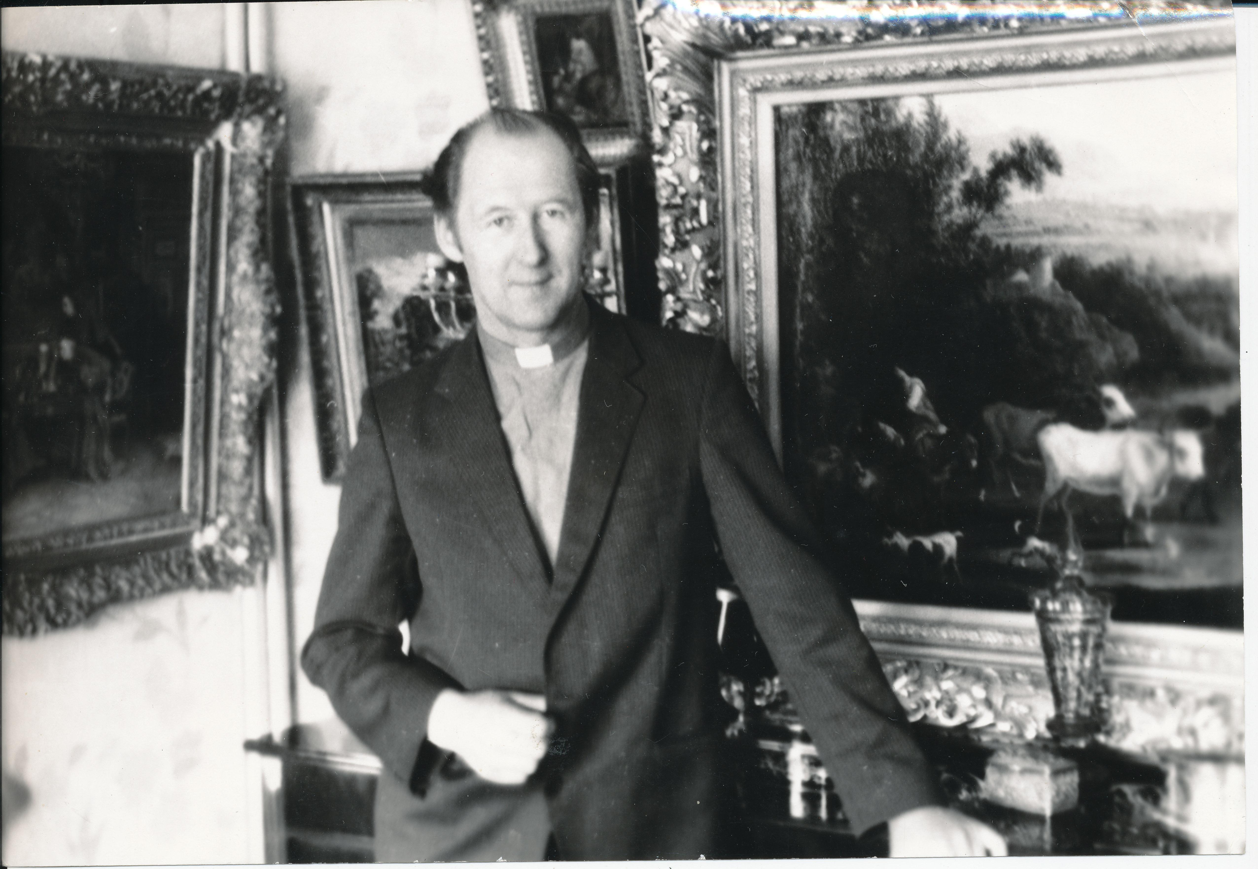R. Mikutavičius prie savo kolekcijos Babtuose 1987 m.