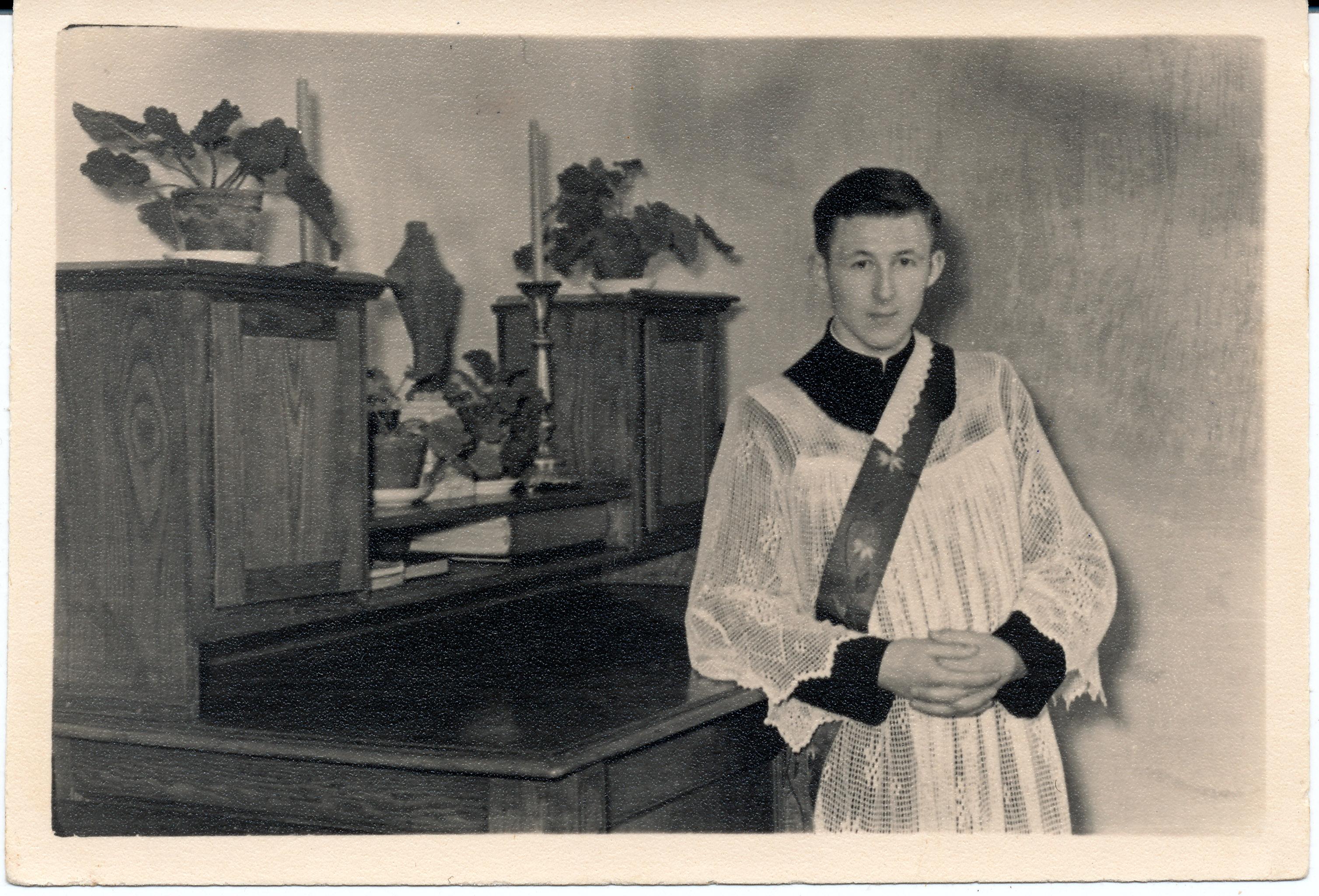 R. Mikutavičius diakono rūbais apie 1957– 1958 m. Kaune.