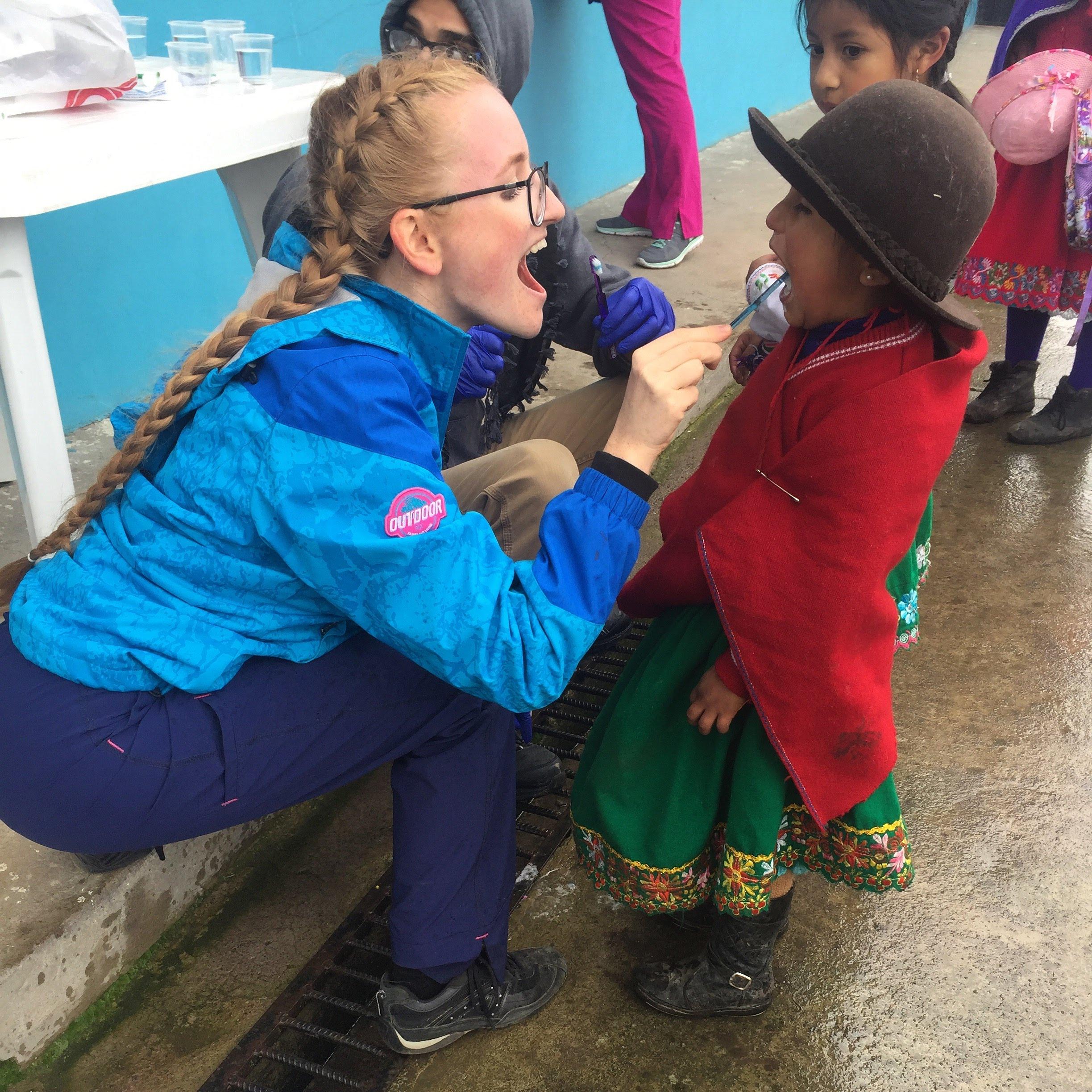 Ekvadore Austėjai teko vaikus mokinti kaip valytis dantukus.