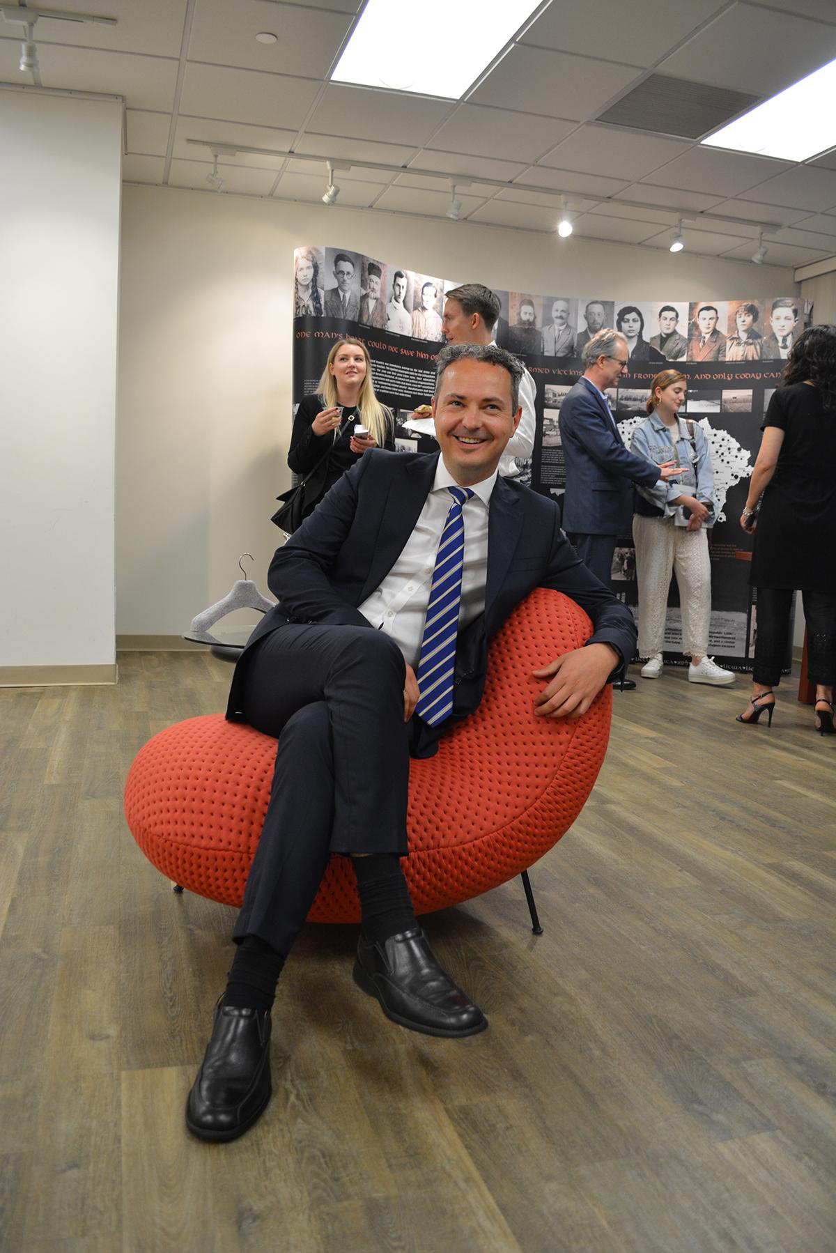 """LR generalinis konsulas New Yorke Julius Pranevičius patogiai jaučiasi """"BaBa"""" fotelyje."""