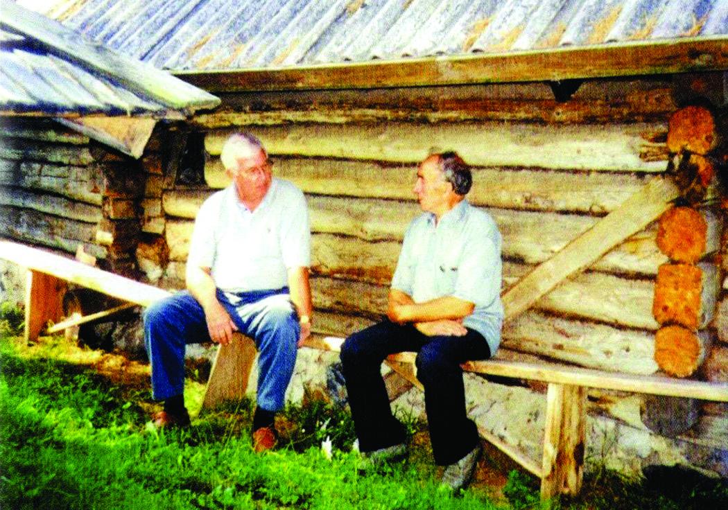 J. Birutis (k.) su Lietuvos partizanu Juozu Jakavoniu prie restauruoto bunkerio – partizanų vadavietės Lietuvoje, Jakavonių vienkiemyje.