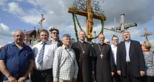 Prie naujojo kryžiaus įsiamžino projekto sumanytojai, kūrėjai ir garbingi svečiai, dalyvavę kryžiaus šventinimo iškilmėse.
