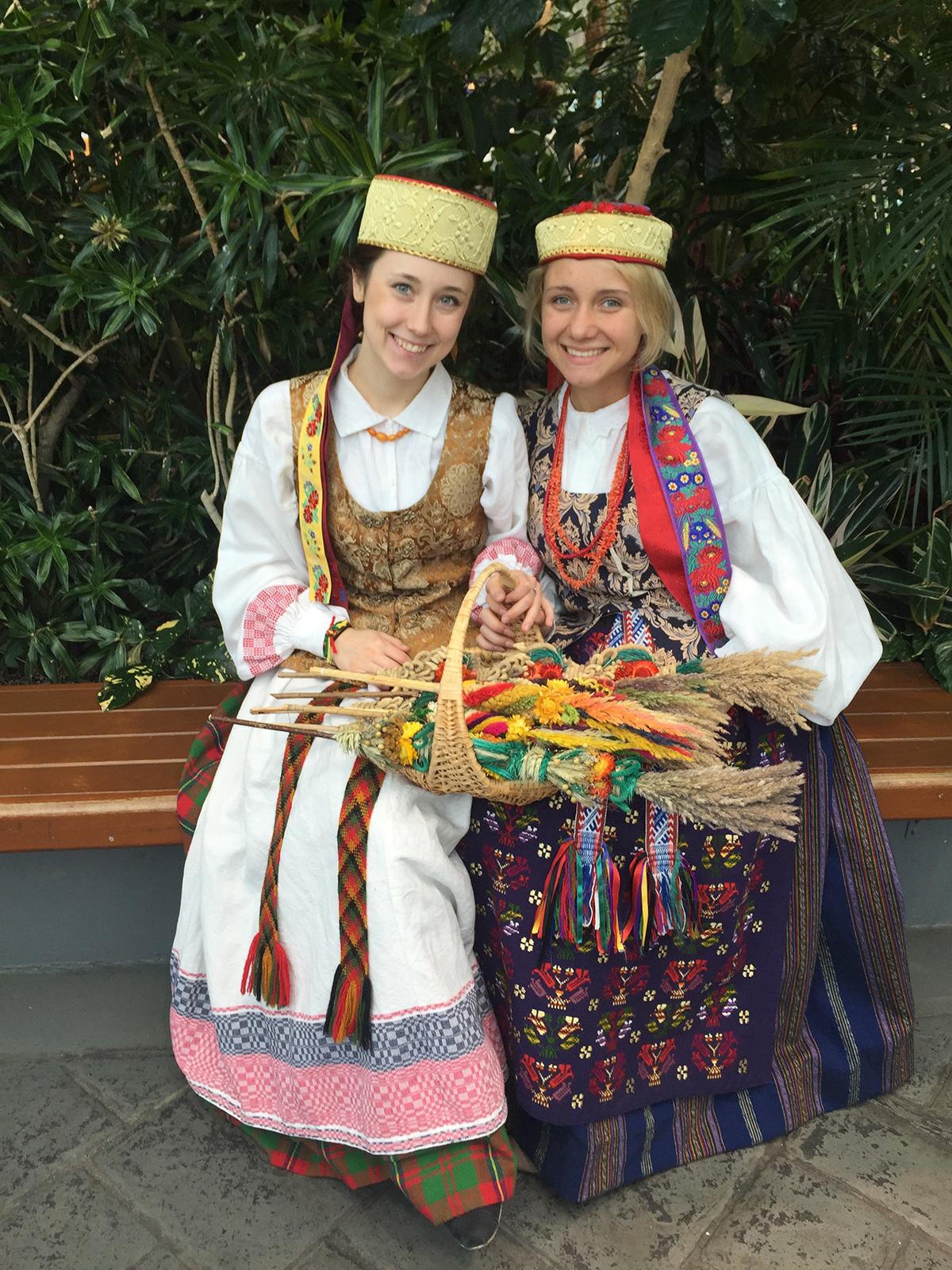 Miglė (d.) – didelė Lietuvos patriotė. Su drauge D. Aleksonis 2016 m. ji pristatė lietuviškus tautinius drabužius Navy Pier.