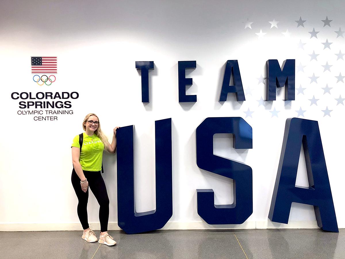Miglė, pasipuošusi Lietuvos olimpinės rinktinės marškinėliais, JAV olimpinės rinktinės treniruočių centre Colorado Springs, 2018 m. balandis.