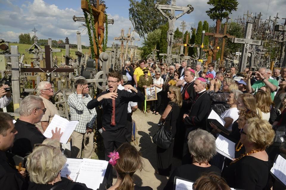 Komp. Kęstutis Daugirdas įkvėptai dirigavo choristams.