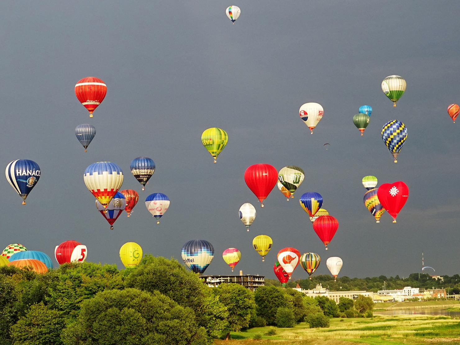 iš Nemuno salos į dangaų pakilo 100 oro balionų.