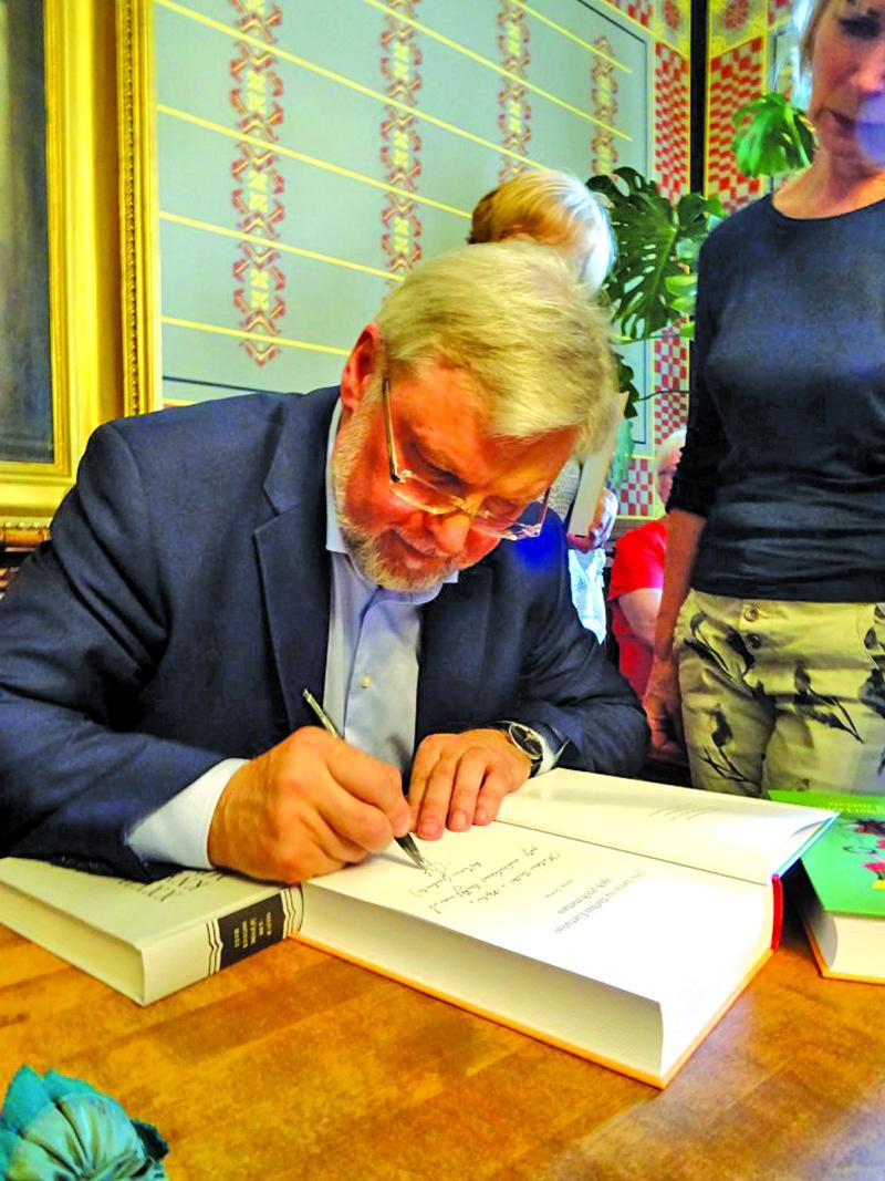 Knygos autorius profesorius Juozas Skirius pasirašinėja autografus.