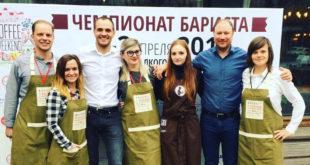"""Mantas Šapoka (antras iš d.) kartu su savo įmonės komanda """"Latte art"""" kavos čempionate."""
