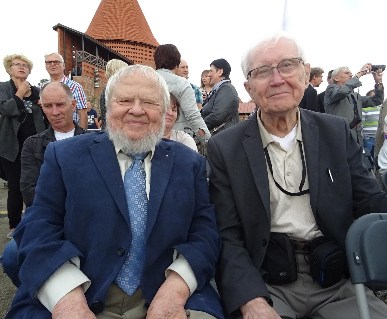 Naujuoju paminklu džiaugėsi prof. A. A. Avižienis (k.) ir R. Dirvonis.