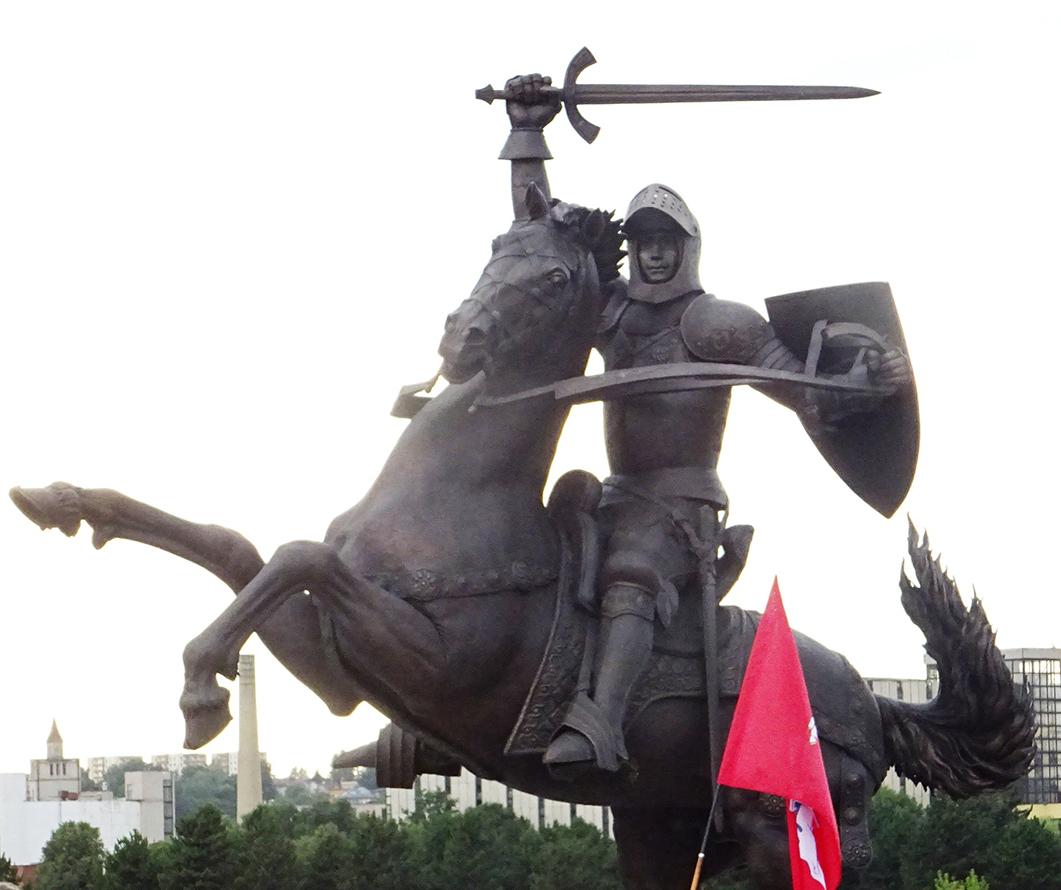 """Skulptūra """"Laisvės karys""""."""