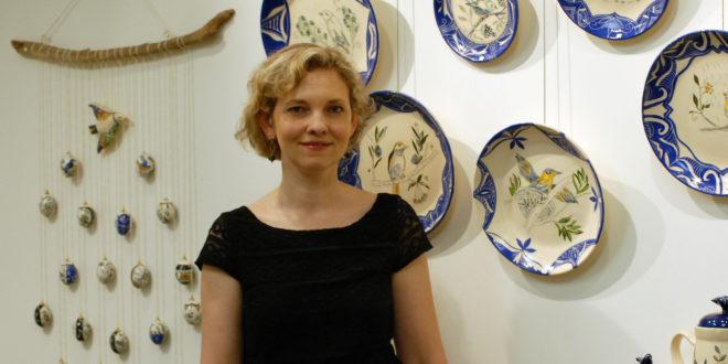 Asta Bublienė parodoje Lietuvos konsulate New Yorke 2014 m. prie savo darbų.