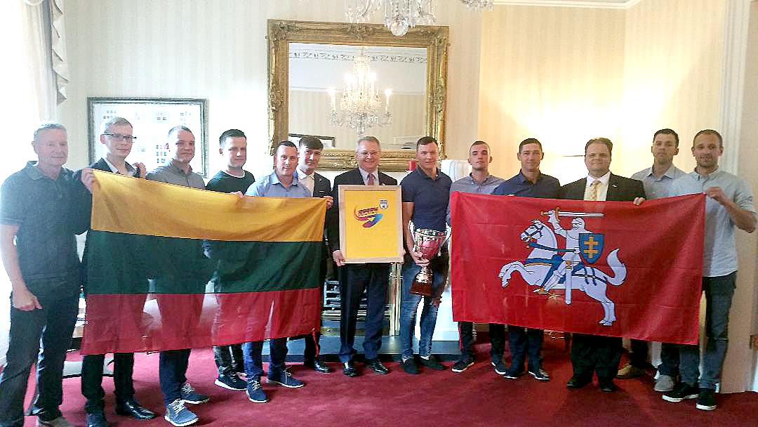"""Lietuvos ambasadoje Dubline pagerbiami Airijos futbolo turnyro """"F7 Spark Energy League"""" 2018 metų čempionai – lietuvių futbolo komanda """"Baltic United FC – Ireland""""."""