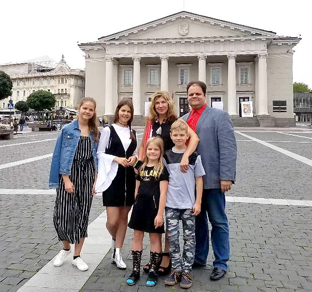 Po penkerių metų, pragyventų Čikagoje, visa Gudynų šeima vėl įsikūrė Vilniuje.