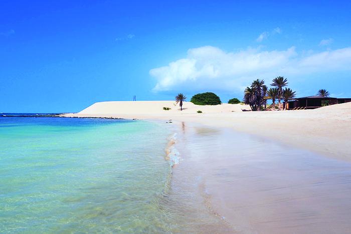 Nuostabus klimatas, švelnus baltas smėlis ir smaragdo spalvos vandenynas šis rojus žemėje yra Cape Verde.