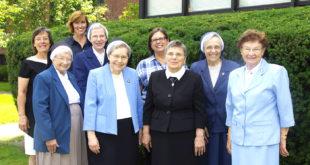 Muziejaus (Legacy Room) kūrimo komiteto narės (pirmoje eilėje iš k.): seselės Immacula Wendt, Regina Dubickas, Therese Dabulis, Margaret Petcavage. Antroje eilėje iš k.: Daina Čyvienė, Mary Beth McCarthy, seselė Elizabeth Ann Yocius, Paula Schultz ir seselė Margaret Zalot.