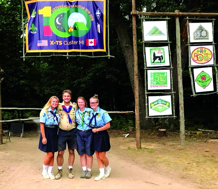 Prie X Tautinės stovyklos vartų: Maya, Ričardas, Taiyda ir Ariana Chiapetta.