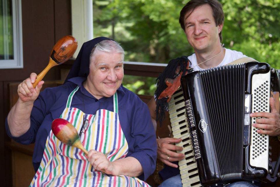 Smagus duetas: seselė Ignė ir muzikos mokytojas iš Lietuvos Gintaras Vilčiauskas.