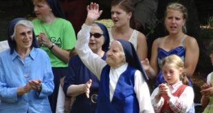 Seselės (dabar jau a. a.) Palmyros šimtasis gimtadienis. Šalia – seselės Eugenija, Laimutė ir Bernadeta.
