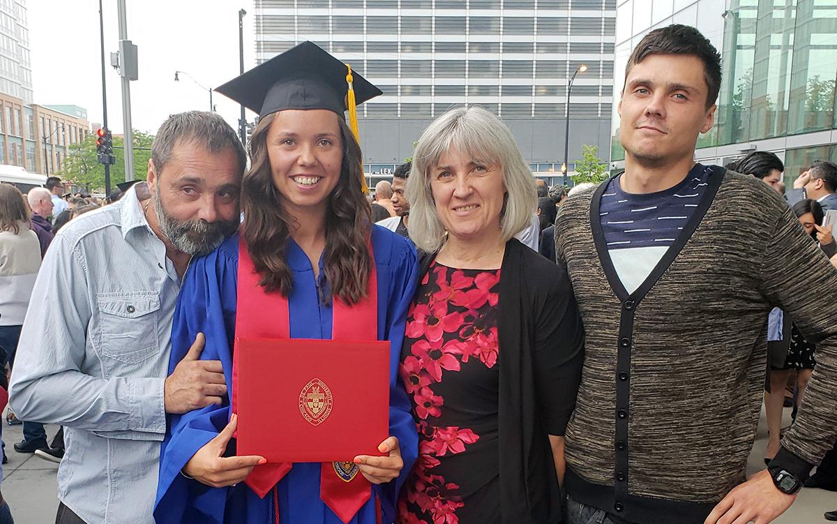 Su tėčiu Artūru, mama Salomėja ir broliu Gediminu per DePaul universiteto baigimo šventę. 2018 m. birželis.