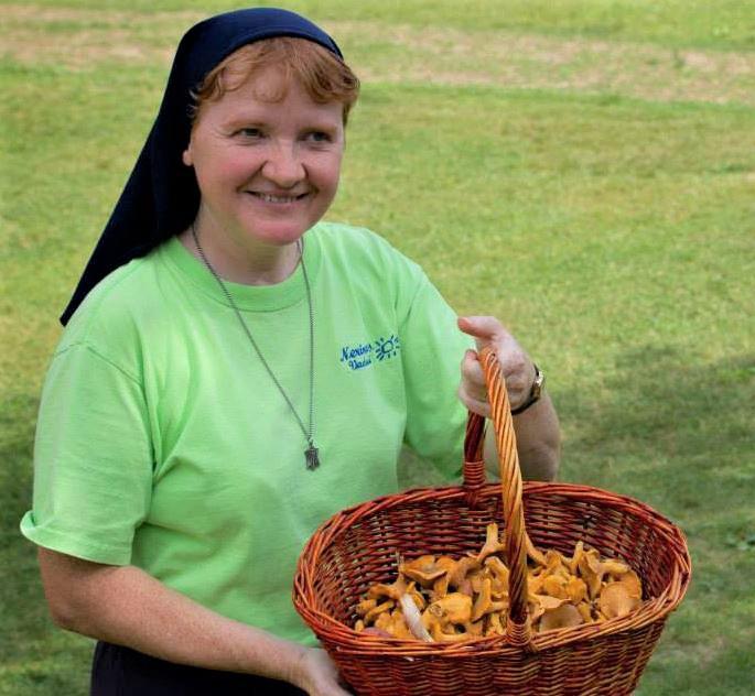 Seselė Laimutė džiaugiasi pilna pintine voveraičių.