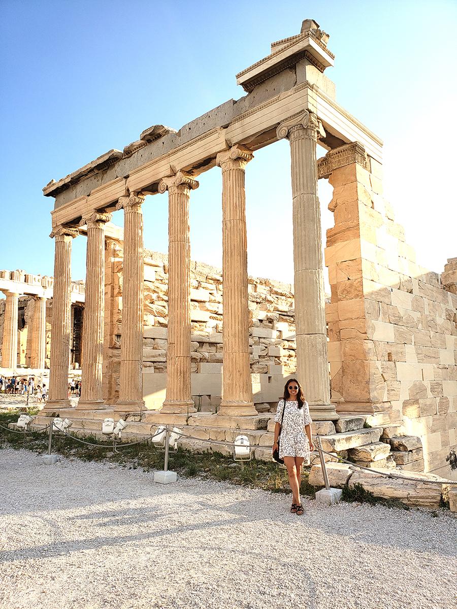 Graikijos sostinėje Atėnuose prie Akropolio.