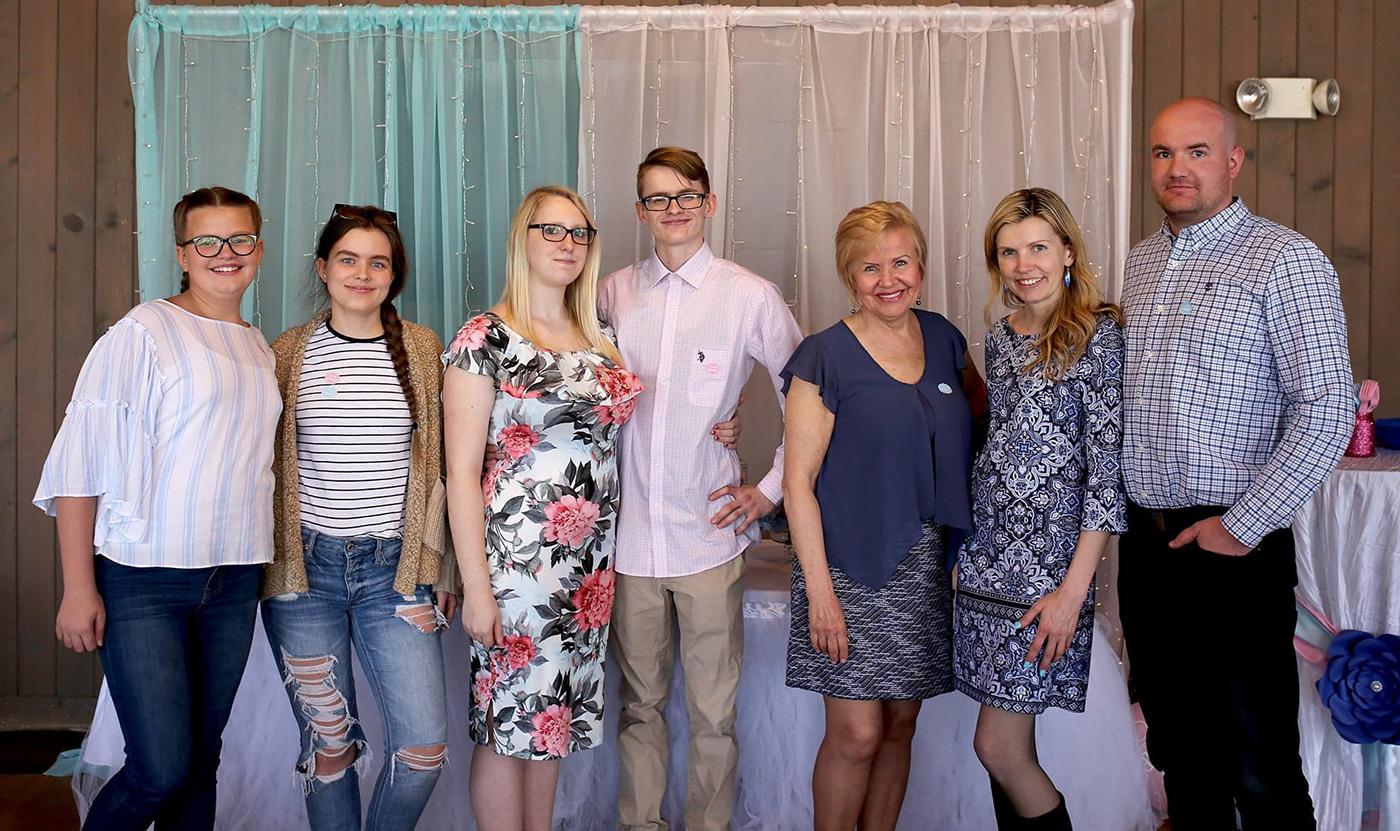 Šeima: pirmieji iš d. – Birutė su savo dabartiniu vyru Viktoru, jos mama Marytė, sūnus Martynas su kūdikio besilaukiančia žmona Amber, dukros Julija ir Greta.