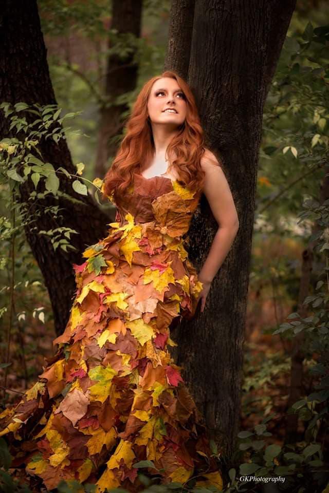 """Ši B. Šostakaitės sukurta rudens lapų suknelė, įamžinta meninėje fotografijoje, pateko į """"Kid Model Magazin""""."""