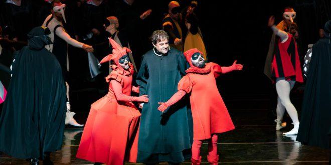 Scena iš miuziklo – centre pono Tvardovskio vaidmens atlikėjas Virginijus Pupšys su juokdariais Dominyku Vaitiekūnu (k.) ir Rafailu Karpiu.