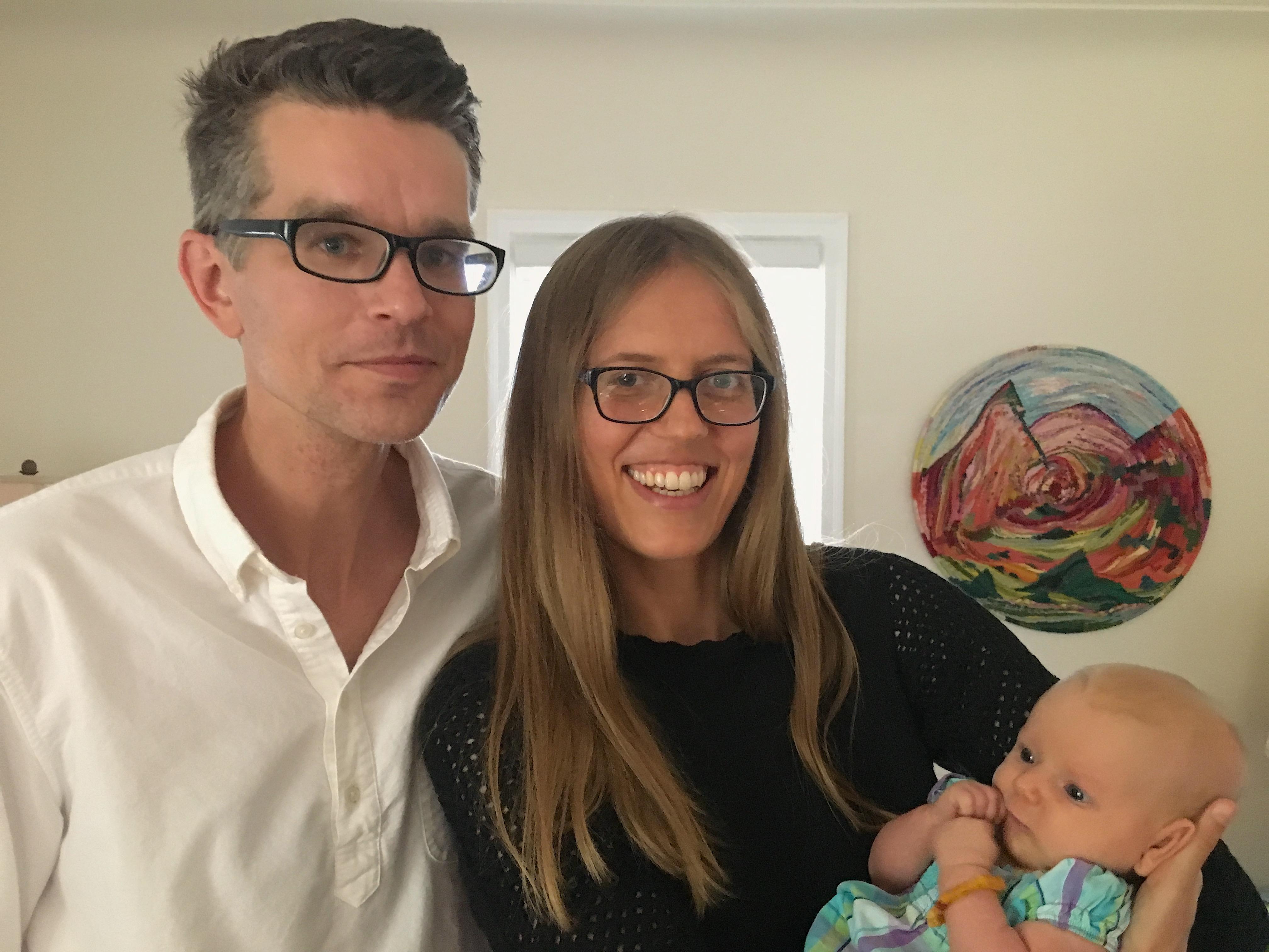 Su žmona Meghan ir neseniai gimusia dukra.