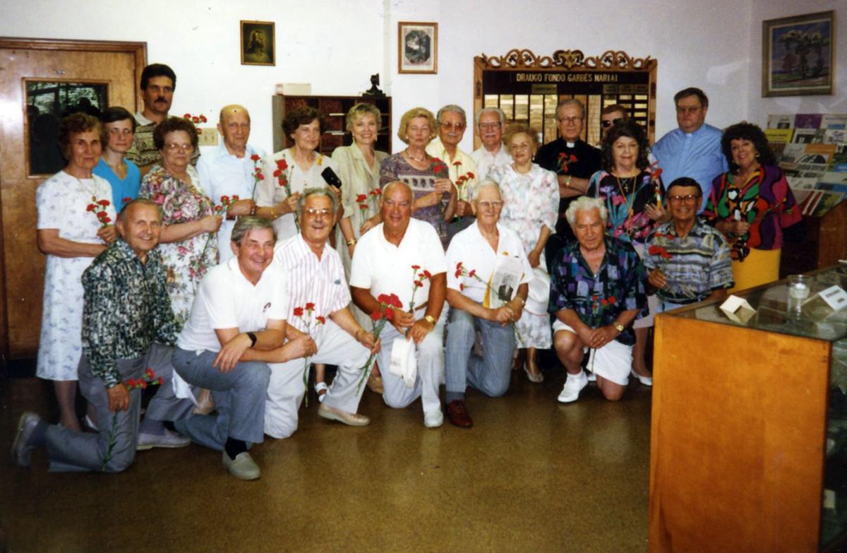 Draugo fondo garbės nariai bronzinės lentos atidengimo iškilmėse 1995 m. liepos 30 d.