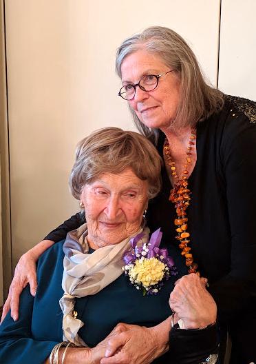 Buvusią klubo pirmininkę Lu Dargis su 92-uoju gimtadieniu sveikino dabartinė pirmininkė Erika Brooks.