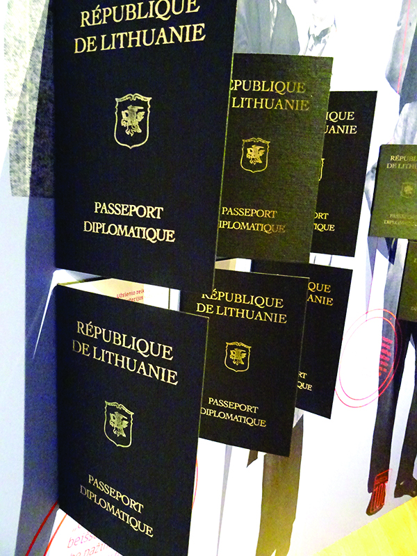 Lankytojai gali vartyti diplomatinius pasus.