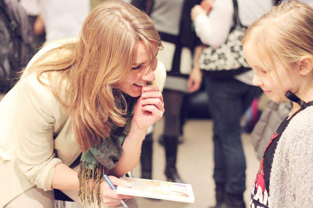 2014 m. Vilniaus tarptautinėje knygų mugėje pristatant knygą vaikams.