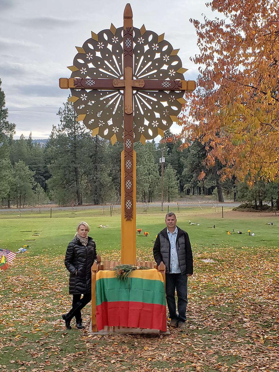 Kryžius gražiai pritapo Cle Elum miesto kapinėse.