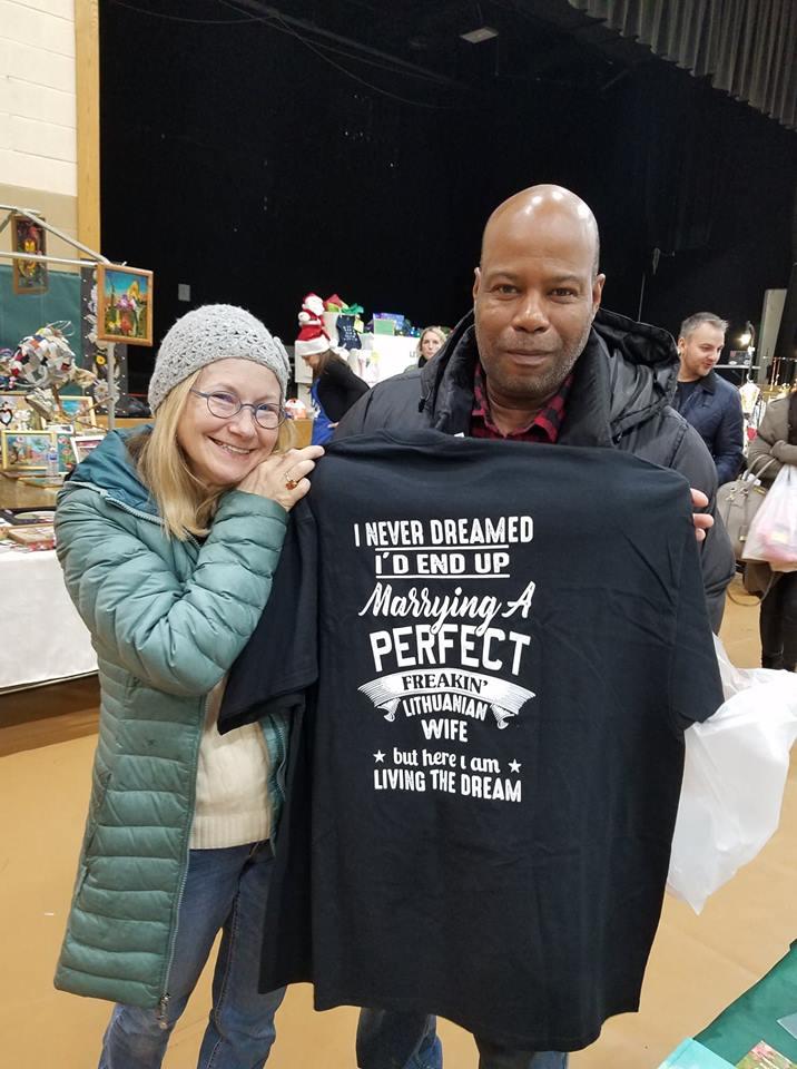 Joline Labedis mano, kad jos vyras vasarą smagiai vilkės šiuos Pasaulio lietuvių centro kalėdinėje mugėje įsigytus marškinėlius.