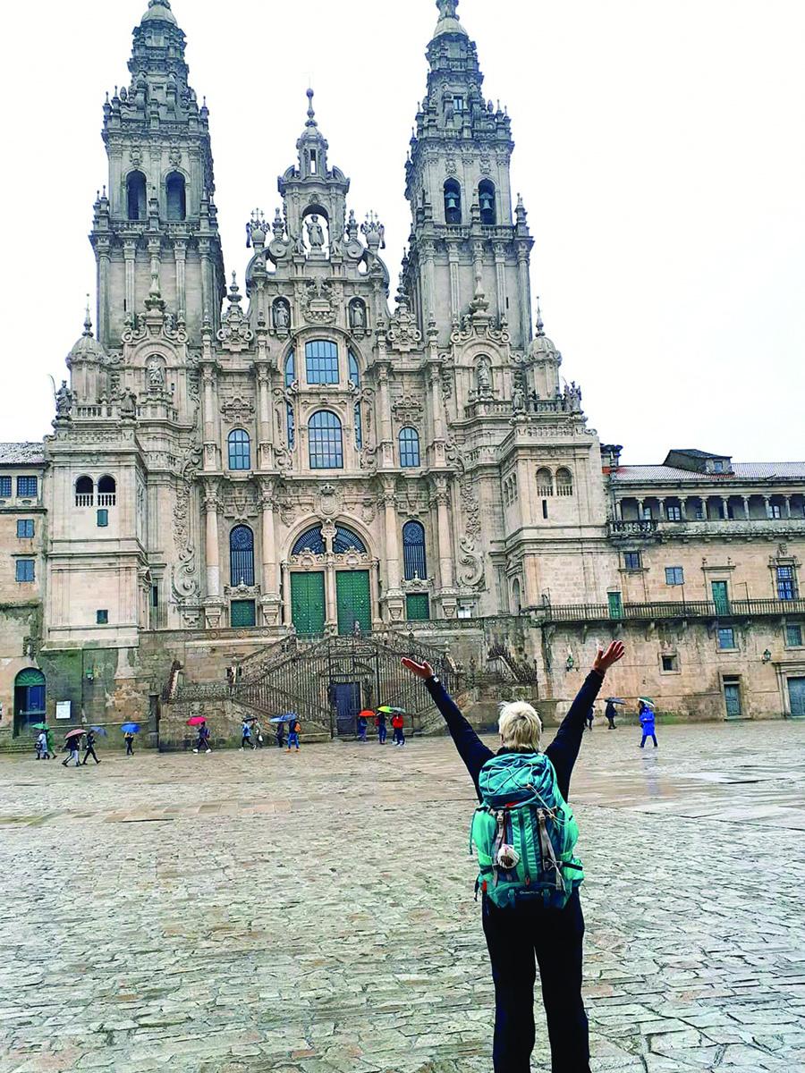 Tas jausmas, kai pasieki kelionės tikslą ir kai išgyveni didžiausią piligrimystės stebuklą! Violeta Harvey priešais Šv. Jokūbo katedrą, kurią pasiekė eidama sunkiuoju angliškuoju keliu.