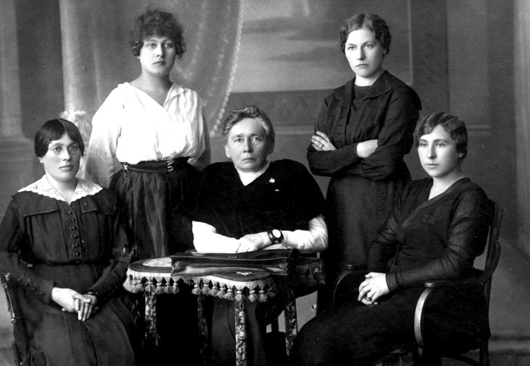 G. Petkevičaitė (centre) su Steigiamojo Seimo pirmojo posėdžio moterų atstovėmis. Sėdi iš kairės: Emilija Spudaitė-Gvildienė, Magdalena Draugelytė-Galdikienė, stovi iš kairės – Ona Muraškaitė-Račiukaitienė ir Salomėja Stakauskaitė. 1921 m.