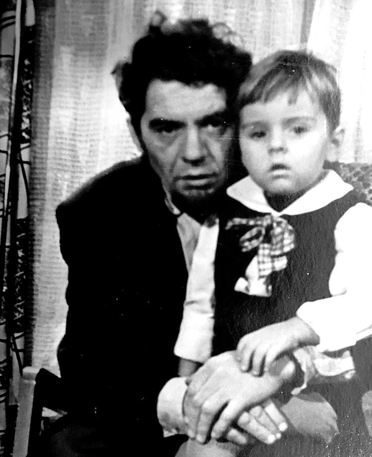 Marijus vaikystėje su savo tėvu, kuris taip ir nesulaukė Lietuvos Nepriklausomybės.