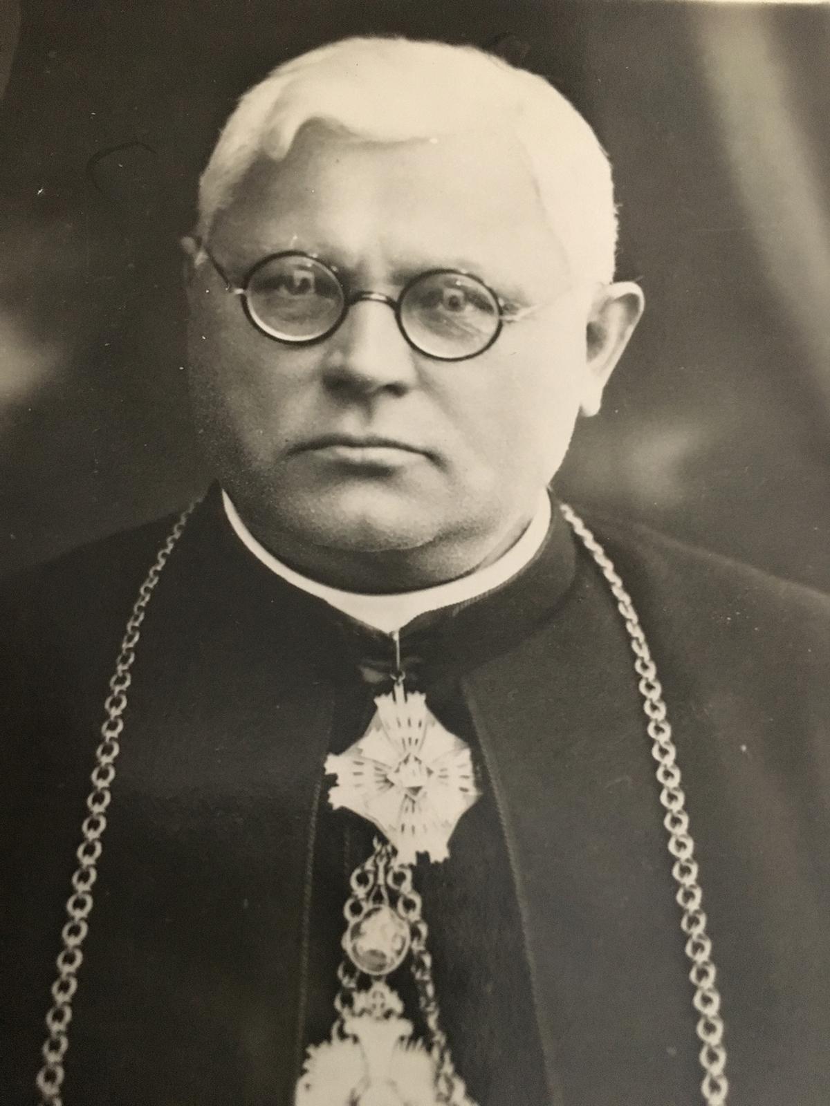 Rašytojas Juozas Tumas Vaižgantas pakrikštijęs Kazimiero Pakšto tėvą Adomą Pakštą.