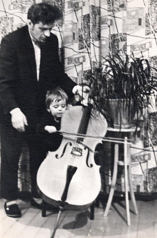Intelektualiai subręsti Marijui Audriui Pakštui padėjo jo tėvo erudicija ir jo gebėjimas sovietmetį surasti pačios įvairiausios literatūros. Marijus su tėvu apie 1960-uosius metus.