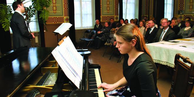 Dainuoja Martynas Beinaris, akompanuoja S. Beinarienė.