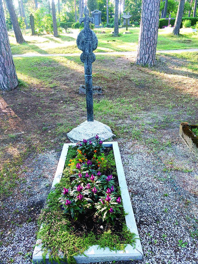 Eduardo Jonušo kapas senosiose Nidos kapinaitėse.