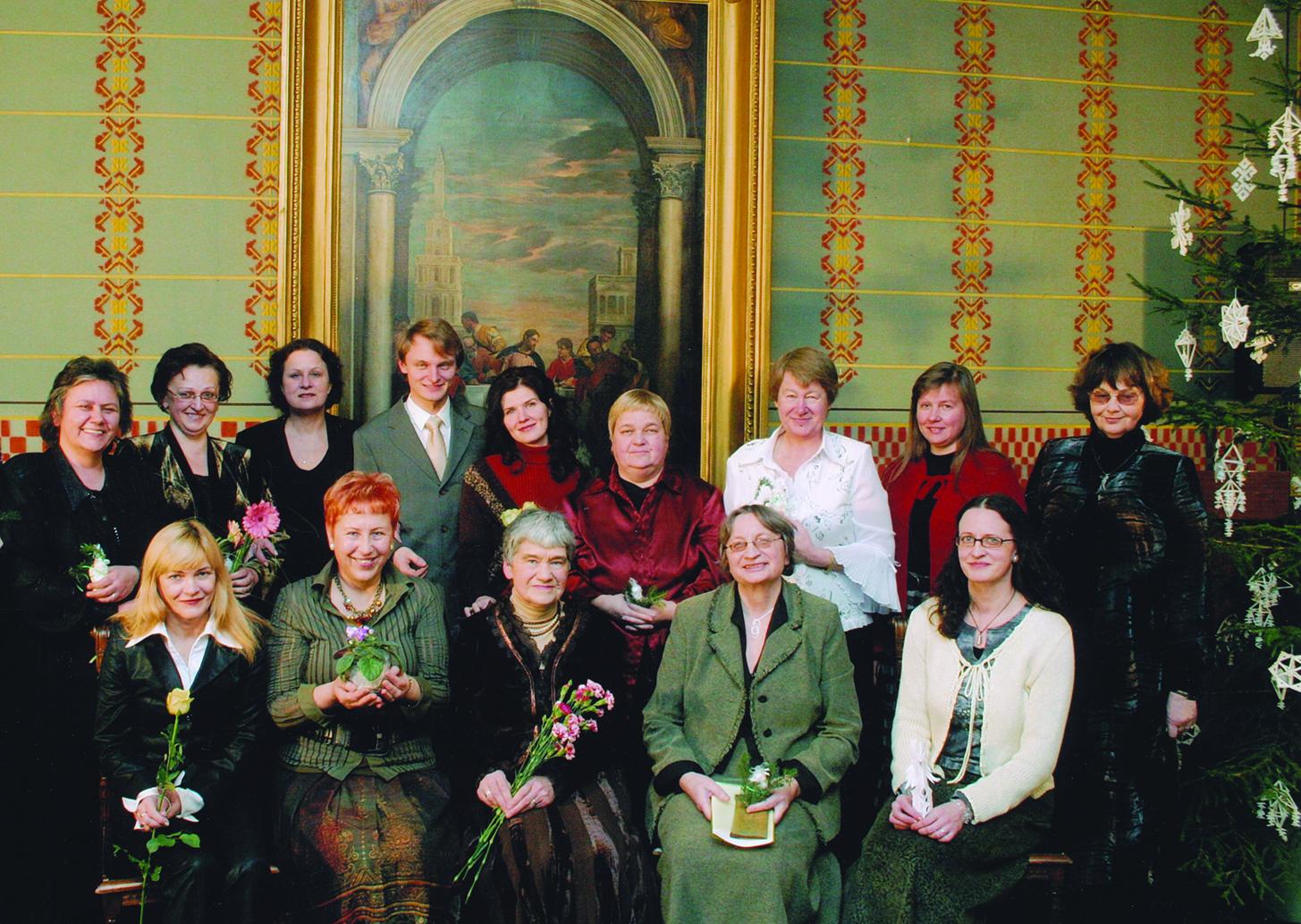 Moterų menininkių vakaras 2007 m. Sėdi iš kairės: poetės T. Marcinkevičiūtė, A. Ruseckaitė, A. Puišytė, prozininkė R. Vinciūnienė, tautodailininkė E. Vindašienė; stovi pianistė A. Eitmanavičiūtė, solistė S. Martinaitytė, aktorė V. Grigaitytė, solistas L. Mikalauskas, poetės E. Drungytė, D. Zelčiūtė, Z. Gaižauskaitė, R. Mikuckytė ir I. Labokė.