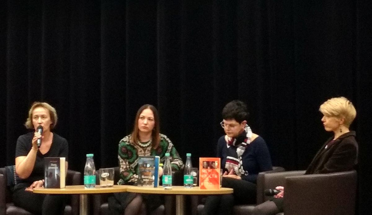 """Diskusija """"Kas užkeikė novelę?"""". Iš kairės: literatūrologė Audinga Peluritytė-Tikuišienė, Daina Opolskaitė, Danutė Kalinauskaitė, Renata Šerelytė."""