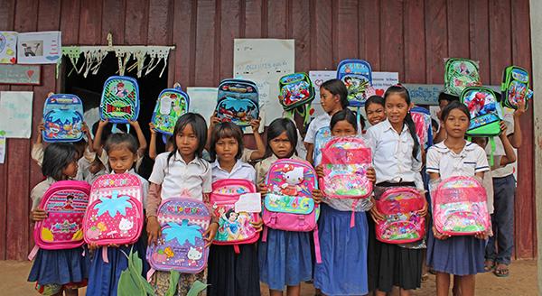 Kambodžos vaikai su Kotrynos dovanotomis kuprinėmis.
