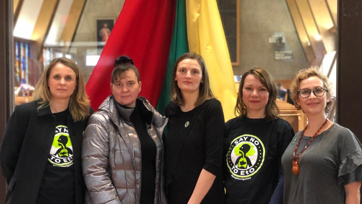 """Lietuvės moterys, """"Stop Sterigenics"""" judėjimo dalyvės (iš k.): Radvyga Jelinskienė, Jūratė Vaitkevičiūtė, Vita Paulionytė, Kristina Janulis ir Neringa Zymancius."""