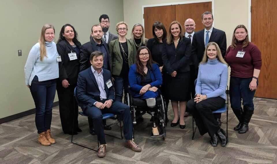 """Su IL valstijos senatore Tammy Duckworth (sėdi pirmoje eilėje viduryje) susitiko grupė pilietinio judėjimo dalyvių iš kelių valstijų, kuriose """"Sterigenics"""" įmonės etileno oksidu nuodija aplinką. (N. Zymancius – stovi penkta iš k.)"""