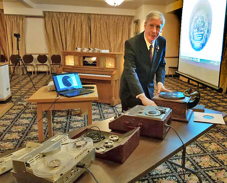D. Kučinskas Balzeko lietuvių kultūros muziejuje susirinkusiems klausytojams pademonstravo keletą senųjų muzikos įrašymo ir atgaminimo aparatų.