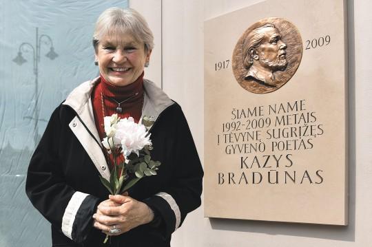 Elena Bradūnaitė-Aglinskienė Vilniuje prie namo, kuriame grįžęs į Lietuvą gyveno poetas Kazys Bradūnas.