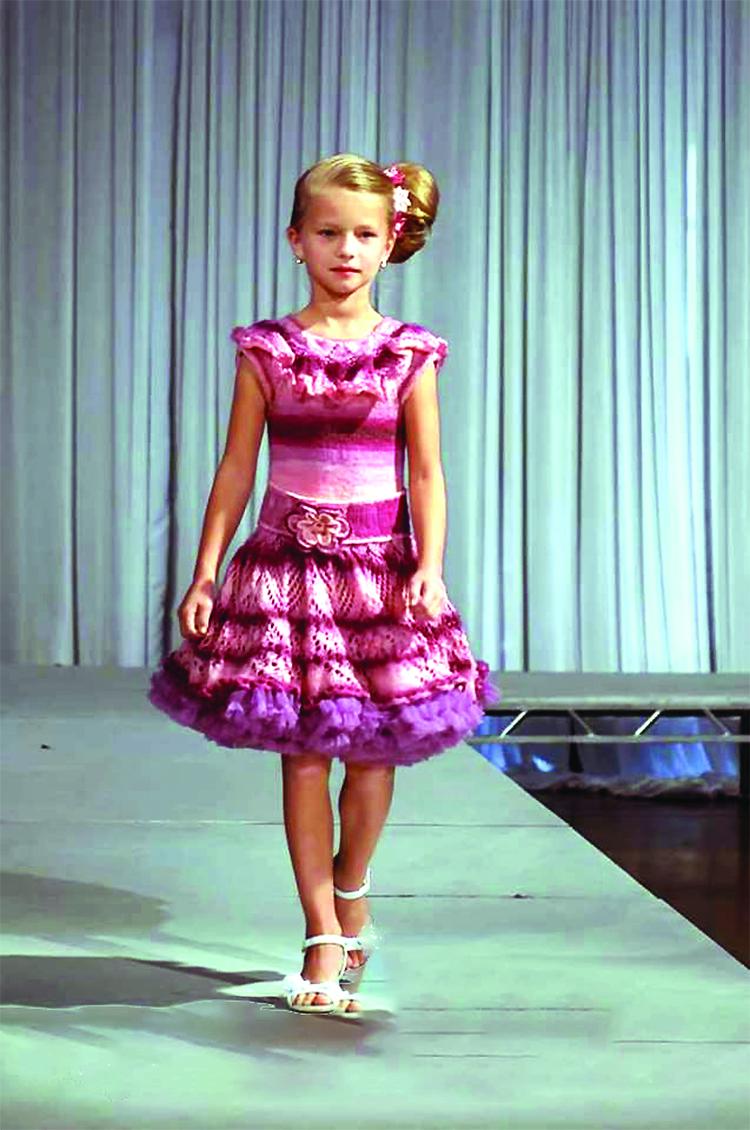 Vilmos Rakickas kūrinį madų parodoje demonstruoja dukrelė Vivian.